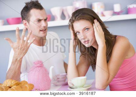 paar Argument beim Frühstück