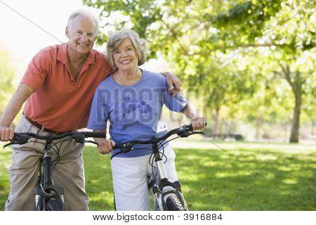 Senior Couple on Fahrräder