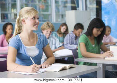 Estudantes que estudam na classe de Geografia