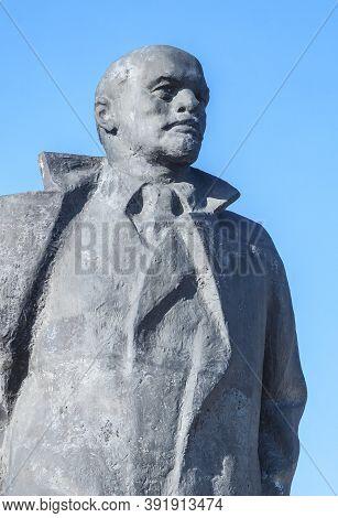 The Old Crumbling Monument Of Vladimir Lenin  In Postavi, Belarus. Postavi, Belarus / 20/09/2020