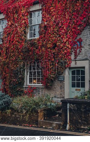 Frome, Uk - October 04, 2020: Red And Yellow Foliage Over The Traditional English Stone House In Fro