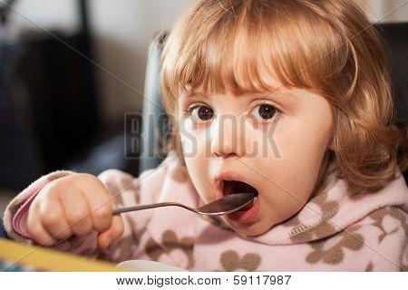 Little girl eating pasta