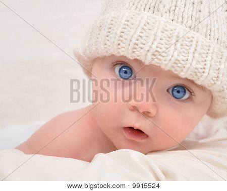 Cute Baby suchen mit weißen Hut