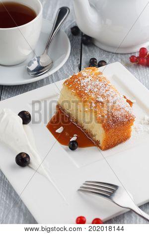 Semolina cake with caramel, tea and berries