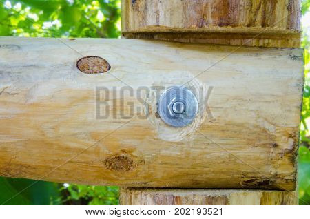 Join two logs perpendicularly with a bolt.