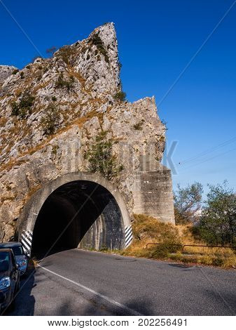 Rock sponge crossed by a gallery along a mountain road