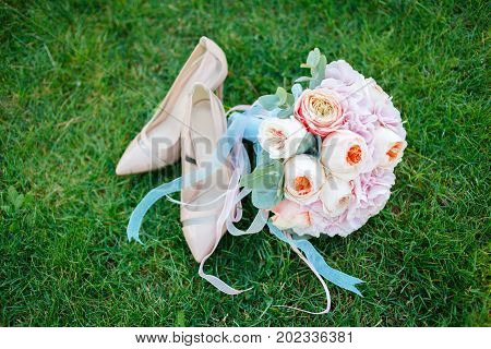 beautiful and delicate wedding bouquet of flowers and roses of David Austin for the bride Lie on the grass