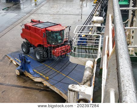 loading of a combine in the ship's hold