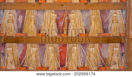 Straw docks or straw dolls have often been used to seal old roofs in half-timbered houses.