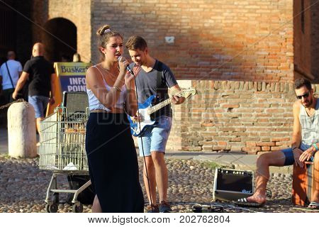 Ferrara, Italia - August 27, 2017: The Ferrara Buskers Festival is dedicated to the art of the street. Artists sing their music perform in the street. Buskers Festival.Watchme
