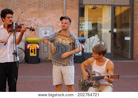 Ferrara, Italia - August 27, 2017: The Ferrara Buskers Festival is dedicated to the art of the street. Artists sing their music perform in the street. Buskers Festival. Frog & Henry