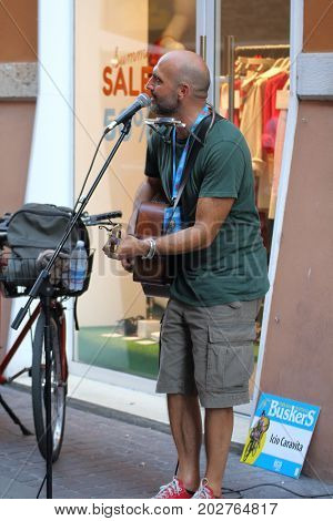 Ferrara, Italia - August 27, 2017: The Ferrara Buskers Festival is dedicated to the art of the street. Artists sing their music perform in the street. Buskers Festival .Icio Caravita