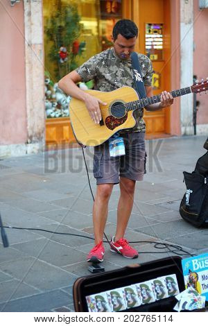 Ferrara, Italia - August 27, 2017: The Ferrara Buskers Festival is dedicated to the art of the street. Artists sing their music perform in the street. Buskers Festival. monkey man & the pacemaker