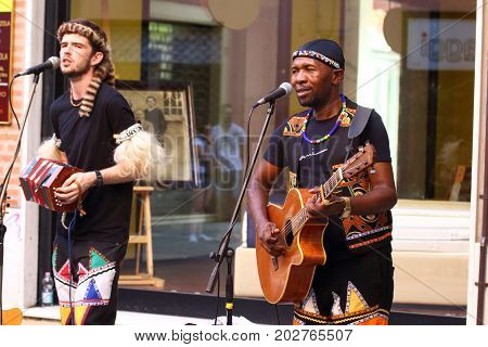 Ferrara, Italia - August 27, 2017: The Ferrara Buskers Festival is dedicated to the art of the street. Artists sing their music perform in the street. Buskers Festival .Qadasi & Maqhinga