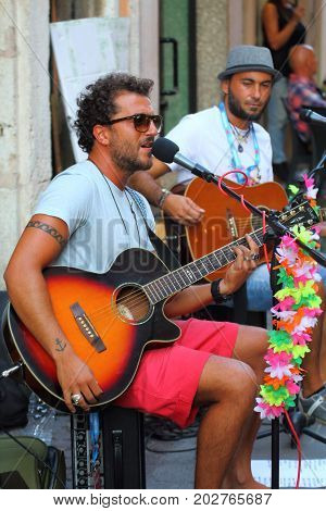 Ferrara, Italia - August 27, 2017: The Ferrara Buskers Festival is dedicated to the art of the street. Artists sing their music perform in the street. Buskers Festival. street lovers