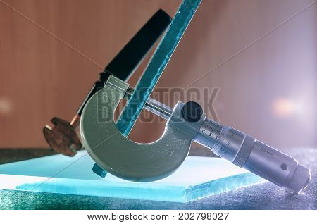 micrometer measures the thickness of the glass close-up