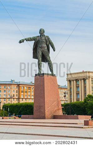 SAINT PETERSBURG RUSSIA - AUGUST 15 2017. Monument to Lenin on the background of the House of Soviets at Moscow Square in Saint Petersburg Russia