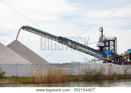 Industry International Domestic Shipping Telescopic Conveyor Belt Moving Rock Materials