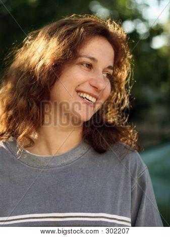 행복 한 젊은 여자 야외