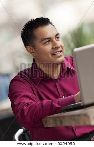 Empresario hispano - Cafe Laptop trabajo