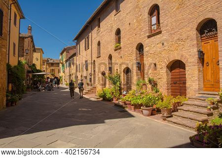 Pienza, Italy - September 6th 2020. Customers Outside A Bar In The Historic Village Of Pienza In Sie