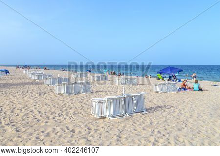 Fort Lauderdale, Usa - August 17, 2014: People Enjoy Beach With Beach Chairs At Fort Lauderdale, Flo