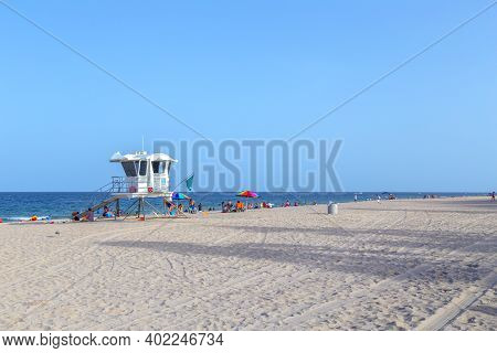 Fort Lauderdale, Usa - August 17, 2014: Beach With Lifeguard Tower At Fort Lauderdale, Florida, Usa.