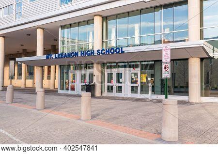 Mt Lebanon, Pennsylvania, Usa 1-9-21the Entrance To The Mount Lebanon High School. Mount Lebanon Is