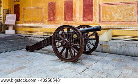 Jaipur, Rajasthan, India - 19 Oct, 2019 - An Old Cannon At Nahargarh Fort Is Located In The Pink Cit