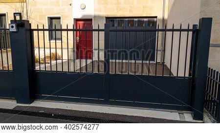 Dark Modern Grey Gate Aluminum Portal With Blades Of Suburb House