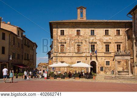 Montepulciano, Italy - September 6th 2020. A Busy Restaurant Outside The Palazzo Nobili-tarugi Palac