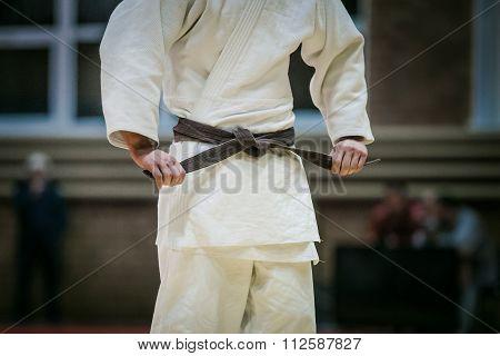 judoka brown belt to tie kimono
