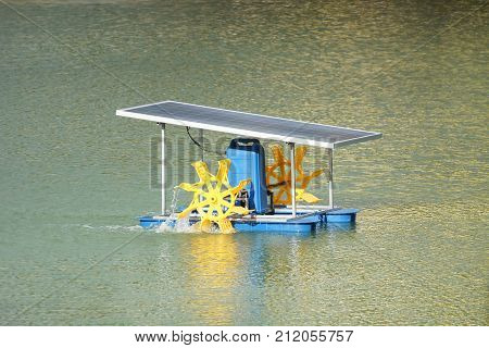 Paddle wheel aerator using solar energy panel