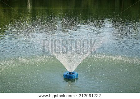 Fountain aerator spray pattern to increase oxygen in the water