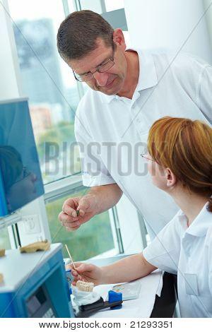 Chef In einem Dental-Labor