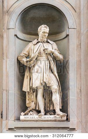Florence, Italy - May 10, 2019: Statue Of A Leonardo Da Vinci On Piazzale Degli Uffizi
