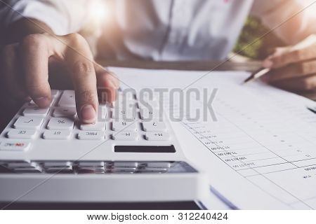 Customers Use Pens And Calculators To Calculate Home Purchase Loans According To Loan Documents Rece