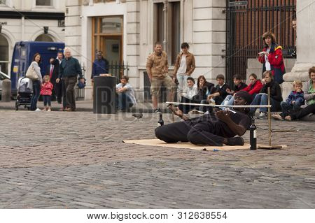 London, Uk - Septembert 01, 2009: A Street Artist In Covent Garden Entertains The Audience With The