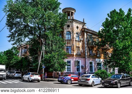 Kherson, Ukraine - July 22, 2020: An Old Building With A Belvedere  On The Roof At 32 Suvorova Stree