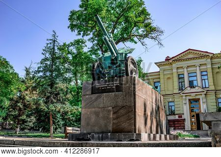 Kherson, Ukraine - July 22, 2020: Cannon - Howitzer M-30, Caliber 122 Mm In The City Square On Sobor