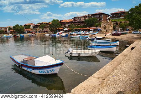 Nessebar, Bulgaria, Juny 18, 2016: Walk Through The Streets Of The Ancient Town Of Nessebar. Cozy Po