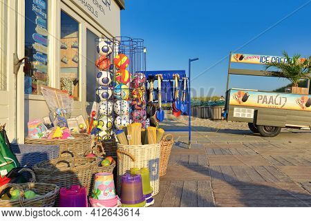 Texel, Netherland - August 2019: Kiosk At Beach 'paal 17' Selling Ice Cream, Drinks, Snacks And Tour