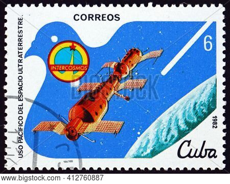 Cuba - Circa 1982: A Stamp Printed In Cuba Shows Salyut-soyuz Link-up, Peaceful Use Of Outer Space,