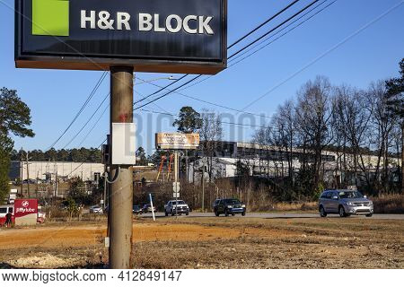 Columbia County, Ga Usa - 02 23 21: H&r Block Sign With Traffic In The Background