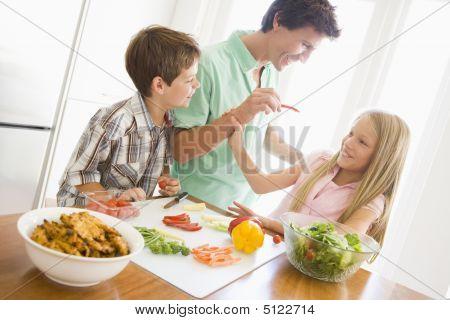 Padre e hijos preparan una comida, comer juntos