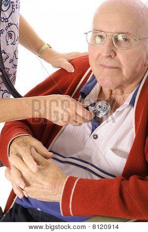 护士检查老人勒芒的心