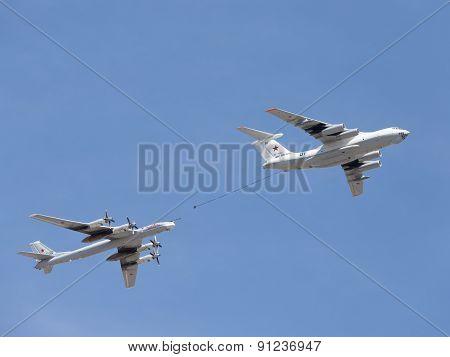 Plane Il-78 Tu-95Mc Runs Fuel