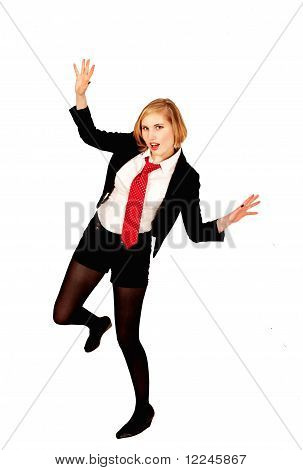 Trendige Mädchen springt mit Freude