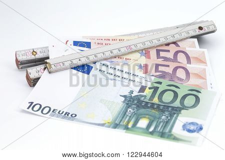 Umage shows banknotes which are clamped in a folding ruler