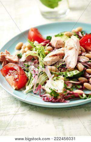 Tuna salad with endive, radicchio and white beans